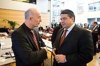 """26 NOV 2008, BERLIN/GERMANY:<br /> Prof. Hans Joachim Schellnhuber (L), Direktor des Potsdam-Instituts fuer Klimaforschung, PIK, und Siegmar Gabriel (R), SPD, Bundesumweltminister, im Gespraech, 3. Deutscher Klimakongress der EnBW unter dem Motto """"Klimaschutz - Was ist machbar?"""", dbb-Forum<br /> IMAGE: 20081126-01-147<br /> KEYWORDS: Gespräch"""