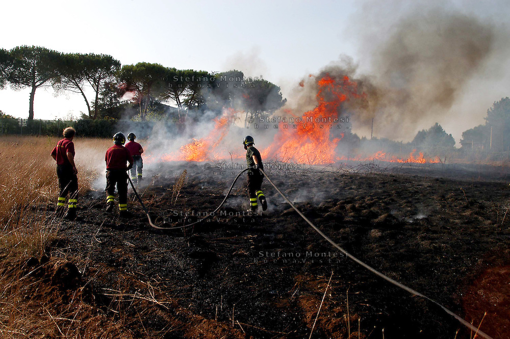 Mazzano Romano 29 Agosto 2007.I vigili del fuoco intervengono per spegnere un incendio   al Parco di Veio..Firefighters Battling against the fire to the Park of Veio