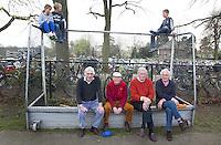 BLOEMENDAAL-HOCKEY - Oud Bloemendalers (Zomerzorg) tijdens de hoofdklasse hockeywedstrijd tussen de mannen van Bloemendaal en Tilburg (4-1). Bloemendaal plaatst zich voor de play offs. FOTO KOEN SUYK