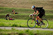 In Nieuwegein wordt het NK Fietskoerieren gehouden. Fietskoeriers uit Nederland strijden om de titel door op een parcours het snelst zoveel mogelijk stempels te halen en lading weg te brengen. Daarbij moeten ze een slimme route kiezen.<br /> <br /> In Nieuwegein bike messengers battle for the Open Dutch Bicycle Messenger Championship.