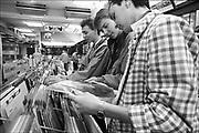 Nederland, Nijmegen, 15-4-1986Jongeren, jongens, bekijken platen in een platenzaak. De CD is in opkomst en zal spoedig het vinyl vervangen.FOTO: FLIP FRANSSEN/ HOLLANDSE HOOGTE
