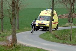 03-04-2006 WIELRENNEN: COURSE DOTTIGNIES: BELGIE<br /> De ambulance achter een wielrenster / wielren item<br /> ©2006-WWW.FOTOHOOGENDOORN.NL