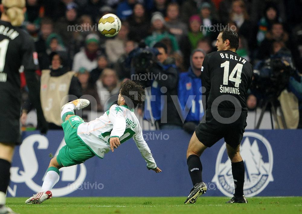 FUSSBALL   1. BUNDESLIGA   SAISON 2008/2009   11. SPIELTAG SV Werder Bremen - Hertha BSC Berlin         01.11.2008 DIEGO (li, Bremen) erzielt das 1:0. Josip SIMUNIC (re, Berlin)I kommt nicht an den Ball