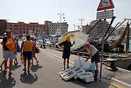 Anzio, Italy 25/06/2008: pescatori al porto, vendita del pesce sul molo.