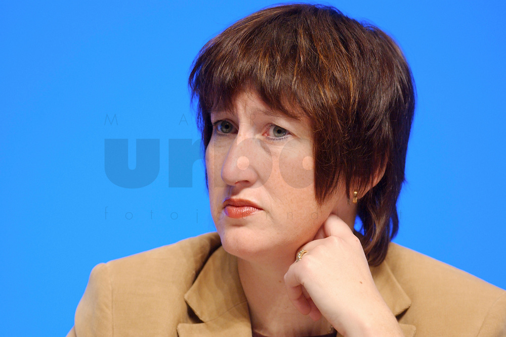11 NOV 2002, HANNOVER/GERMANY:<br /> Hildegard Mueller, CDU, Bundesvorstand, CDU Bundesparteitag, Hannover Messe<br /> IMAGE: 20021111-01-015<br /> KEYWORDS: Parteitag, party congress, H&auml;nde