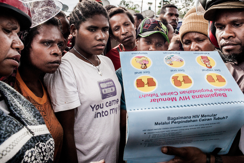 A field worker from Yukemdi, a local NGO in Wamena, educates the public on Sexual Transmitted Diseases (STD) and HIV/AIDS at a local market using the local dialects.<br />