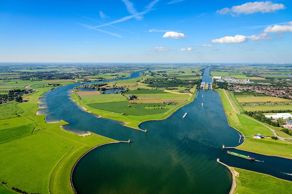 Nederland, Utrecht, Wijk bij Duurstede, 30-09-2015; Kruising van rivier de Neder-rijn, overgaand in Lek met het Amsterdam-Rijnkanaal. In het kanaalgedeelte zwaaikommen ten behoeve van de scheepvaart. <br /> Crossing or junction of the Lower Rhine River and river Lek Lek with the Amsterdam-Rhine Canal<br /> luchtfoto (toeslag op standard tarieven);<br /> aerial photo (additional fee required);<br /> copyright foto/photo Siebe Swart