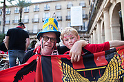BILBAO, SPANIEN - 2017-11-02: Klas Holgersson med barnbarnet Mille Lind&eacute;n, supportrar till &Ouml;stersunds FK p&aring; Plaza Nueva inf&ouml;r UEFA Europa League group J matchen mellan Athletic Bilbao och &Ouml;stersunds FK p&aring; Estadio San Mam&eacute;s den 2 November, 2017 i Bilbao, Spanien. <br /> Foto: Nils Petter Nilsson/Ombrello<br /> ***BETALBILD***