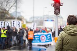 17.03.2018, Wien, AUT, Demonstration gegen Rassismus und Faschismus in Wien, im Bild Schaulustiger, der die Demonstranten beobachtet // during protest against racism and fascism, in Vienna, Austria on 2018/03/17. EXPA Pictures © 2018, PhotoCredit: EXPA/ Florian Schroetter