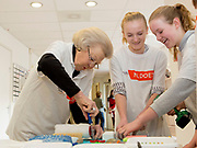 Prinses Beatrix zet zich in voor kinderen met een beperking tijdens NLdoet. Prinses Beatrix, Prins Bernhard en Prinses Annette hebben in Kinderdagcentrum Onder één Dak in Amersfoort geholpen met het maken van leer- en speelmaterialen en het lenteklaar maken van de tuin.<br /> <br /> Princess Beatrix is ​​committed to children with disabilities during NLdoet. Princess Beatrix, Prince Bernhard and Princess Annette helped to create learning and play materials and make the garden ready for spring in the children's day center under one roof in Amersfoort.