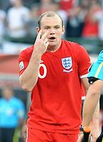 Fotball<br /> VM 2010<br /> Tyskland v England<br /> 27.06.2010<br /> Foto: Fotosports/Digitalsport<br /> NORWAY ONLY<br /> <br /> Free State Stadium Bloemfontein World Cup 2010  Germany v England Match 51 27 06/10<br /> Wayne Rooney (ENG) gestures to linesman after disallowed goal