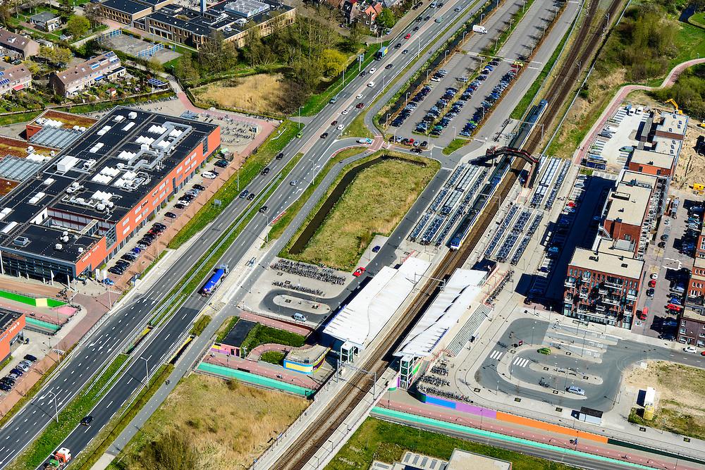 Nederland, Noord-Holland, Zaanstad, 20-04-2015; Assendelft. Sprinter staat op  het Station Krommenie-Assendelft. Links de Provinciale weg N 203.<br /> Railway stop in new residential area Saendelft.<br /> <br /> luchtfoto (toeslag op standard tarieven);<br /> aerial photo (additional fee required);<br /> copyright foto/photo Siebe Swart