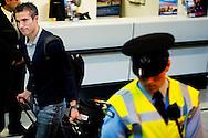 De spelers van het Nederlands elftal zijn maandagmiddag op Schiphol door enkele tientallen voetbalfans onthaald met applaus maar ook boegeroep. Van Persie werd uitgescholden voor ,,klootzak'', anderen riepen ,,zakkenvullers'' naar de spelers.