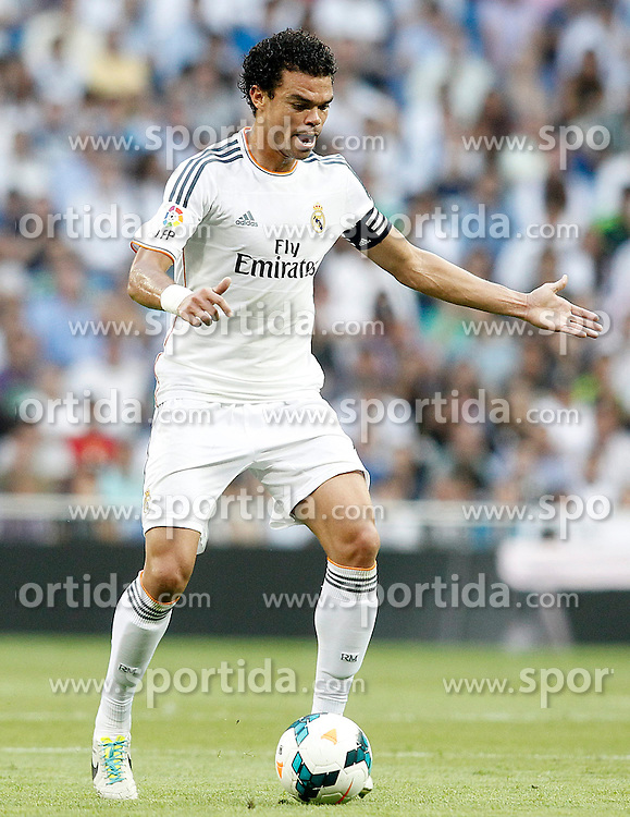 22.09.2013, Estadio Santiago Bernabeu, Madrid, ESP, Primera Division, Real Madrid vs FC Getafe, 5. Runde, im Bild Real Madrid's Pepe // during the Spanish Primera Division 5th round match between Real Madrid CF and Getafe FC at the Estadio Santiago Bernabeu, Madrid, Spain on 2013/09/22. EXPA Pictures &copy; 2013, PhotoCredit: EXPA/ Alterphotos/ Acero<br /> <br /> ***** ATTENTION - OUT OF ESP and SUI *****