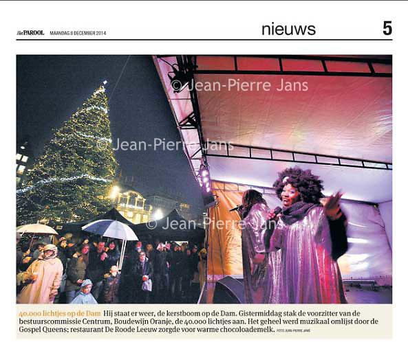 Tekst en beeld zijn auteursrechtelijk beschermd en het is dan ook verboden zonder toestemming van auteur, fotograaf en/of uitgever iets hiervan te publiceren <br /> <br /> Parool 8 december 2014: kerstboom op de Dam