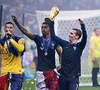 FUSSBALL  WM 2018  FINALE  ------- Frankreich - Kroatien    15.07.2018 JUBEL Weltmeister Frankreich; Antoine Griezmann jubelt mit dem Pokal, Presnel Kimpembe und Torwart Alphonse Areola (v.re.)