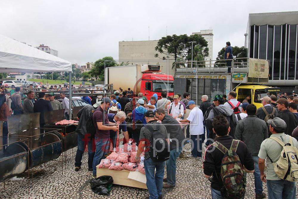 Curitiba(PR)23/11/2015 Em 27 onibus, 1.200 trabalhadores da empresa de reflorestamento Araupel, chegaram à Capital paranaense em prol do direito de trabalhar, e fazem uma manifestação em frente ao palacio do governo. A area foi invadida por um grupo de MST, que ameaça invadir a sede da empresa Araupel, em Quedas do Iguaçu. Foto Gisele Pimenta/ Frame Photo