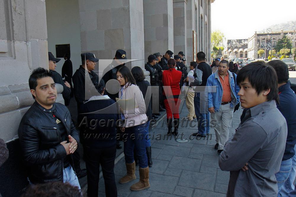 TOLUCA, México.- Durante la manifestación de comerciantes ambulantes que operan en Toluca e integrantes del Frente Amplio de Organizaciones Sociales (FAOS) las puertas del palacio municipal permanecieron resguardadas por policías municipales y no se tuvo acceso al interior del edificio por espacio de media hora. Agencia MVT / Crisanta Espinosa. (DIGITAL)