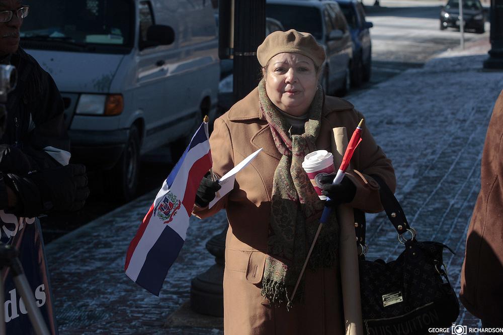 Annia Laber, de la Comisión de los Derechos Humanos, es super trabajadora. Aquí aparece con las banderas, el programa del evento, el banner de la CDH y un cafecito de Heavenly Donuts.(Y es que hace un frio!) A pesar de las temperatura heladas de hasta 12F, el area se abarroto de personas