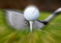 GOLF Illustratie. Golfbal op tee met driver.