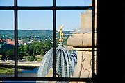 Blick durch Fenster der Frauenkirche auf Kuppel Kunstakademie, Dresden, Sachsen, Deutschland.|.view through window of church of Our Lady on academy of arts, Dresden, Germany