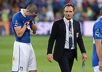 FUSSBALL  EUROPAMEISTERSCHAFT 2012   FINALE Spanien - Italien            01.07.2012 Leonardo Bonucci (li) und Trainer Cesare Prandelli (re, beide Italien) sind nach dem Spiel enttaeuscht