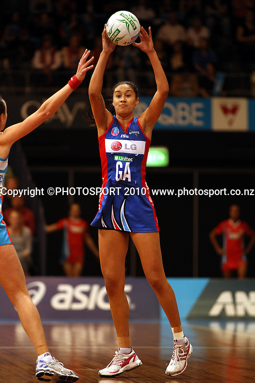 Maria Tutaia passing<br /> ANZ Semi Final - NSW Swifts v Northern Mystics, 8 May 2011. Photo: Paul Seiser/PHOTOSPORT