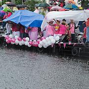 NLD/Amsterdam/20120804 - Canalparade tijdens de Gaypride 2012, publiek en toeschouwers in de regen