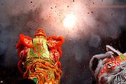 Explosion de feux d'artifice devant deux dragons à l'occasion de la célébration de l'année du boeuf à Lyon