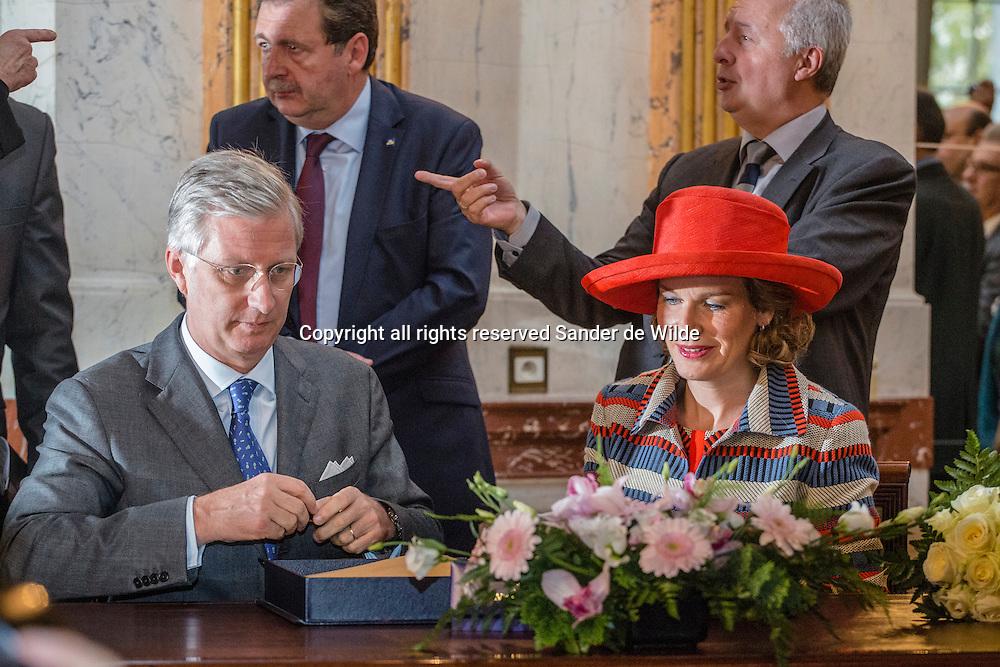2013 6 november Koning Filip en koningin Mathilde van België tekenen in het Brussels Parlement voor  de laatste van alle Blijde Intredes