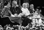Nederland, Den Bosch, 1985..De op 2 -3-2005 overleden Paus Johannes Paulus tijdens zijn bezoek aan het provinciehuis. Links van hem kardinaal Simonis. Pausbezoek, bezoek...Foto: Flip Franssen/Hollandse Hoogte