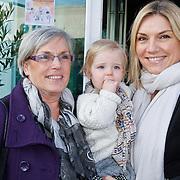 NLD/Amsterdam/20111123 - Boekpresentatie Maureen du Toit ' Altijd & overal feest', Gallyon van Vessem met dochter Julie en moeder Ciska