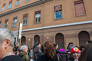 Roma, 25/02/2017: Corteo del Carnevale di San Lorenzo passa sotto la sede di Neuropsichiatria Infantile - Carnival at the Early Psychosis ward of Child Neuro Psychiatry.<br />