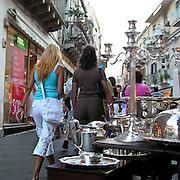 Turisti  davanti a un negozio di artigianto  in corso Umberto a Taormina ..Tourists in front at gift store in corso Umberto in Taormina