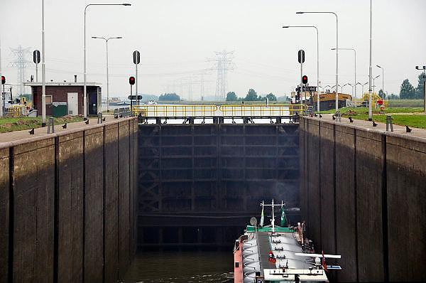 Nederland, Maasbracht, 15-6-2006..De sluis bij Maasbracht heeft een verval van 11,85 meter. Een binnenvaartschip wordt geschut...Foto: Flip Franssen/Hollandse Hoogte