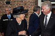 Prinses Beatrix woont in de Oude Kerk van Putten de 75e herdenking van de razzia van Putten bij.