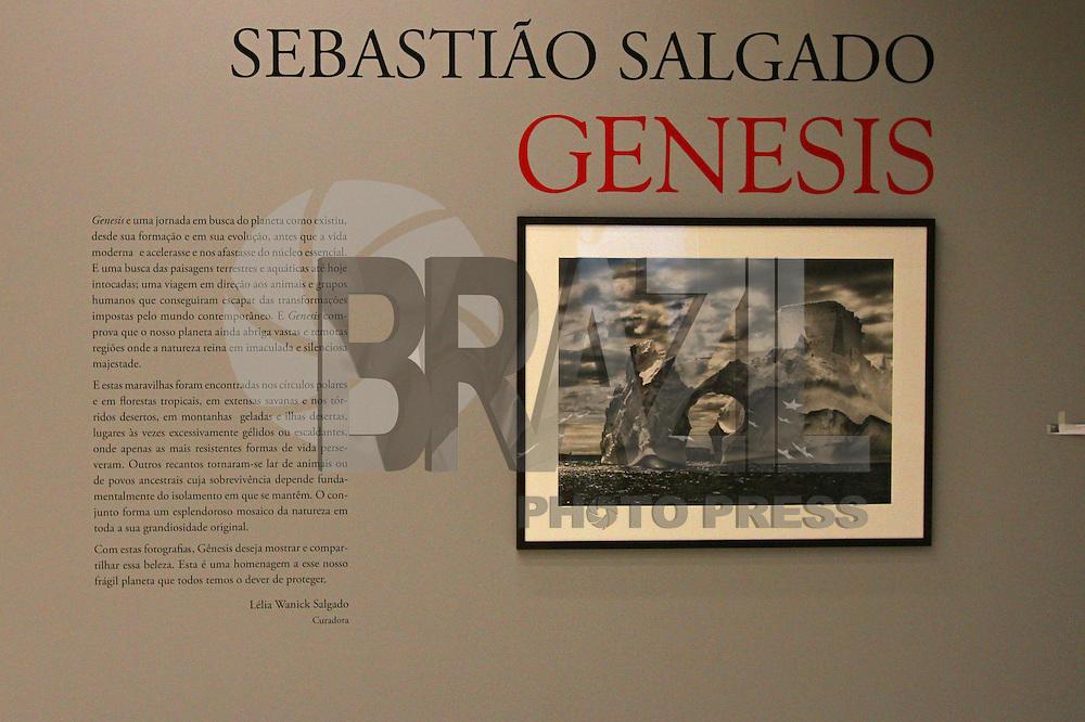 """CURITIBA, PR, 05.11.2014 - SEBASTIÃO SALGADO / EXPOSIÇÃO GÊNESIS / CURITIBA  - Obras  do fotografo mineiro Sebastião Salgado no Museu Oscar Niemeyer (MON), na tarde desta quarta-feira (05). Sebastião Salgado encontra-se na Cidade de Curitiba para abertura da esposição """"Genesis"""" na ser  realizada no dia 6 de novembro. contecerá no MON, nas salas 4 e 5,  a abertura da exposição """"Genesis"""". Com curadoria de Lélia Wanik Salgado, a mostra traz 245 imagens selecionadas, divididas em cinco seções geográficas. A exposição acontece de  06 de novembro de 2014 a 15 de março de 2015. (Foto: Paulo Lisboa / Brazil Photo Press)"""