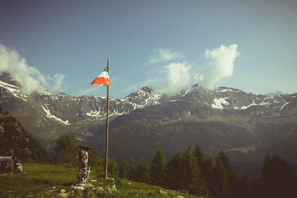 Italienische Flagge vor Alpenpanorama, Chiesa in Valmalenco, Lombardei, Italien