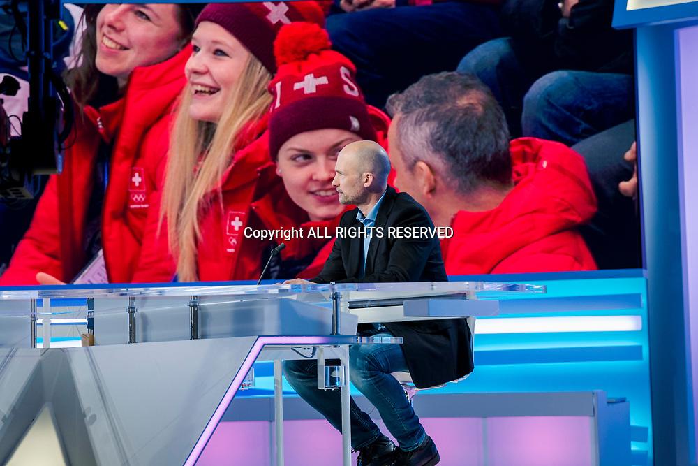 Genève, février 2018. Sandy Jeannin, consultant pour la rts Il commente un match de hockey des JO et donne des explications de séquences de jeux pendant la pause sur le plateau des sports. © Olivier Vogelsang