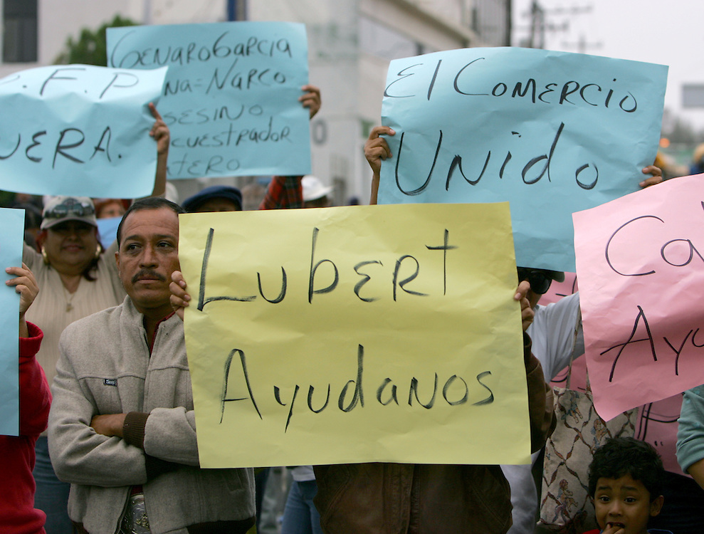 Reynosa, Tamaulipas - 17 Feb 2009 - .A sign held by a protester calls for help from Reynosa Mayor Oscar Luebbert Gutierrez during a protest that blocked the Hidalgo International Bridge in Reynosa on Tuesday morning..Photo by Alex Jones / ajones@themonitor.com