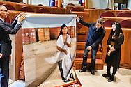 Roma 10 Maggio 2013.Rossella Urru la   cooperante italiana rapita  un campo profughi saharawi a Tindouf  nel sud dell'Algeria e poi liberata è  stata ricevuta in Campidoglio dal Sindaco Alemanno che le ha donato la foto che era stata esposta in Campidoglio per chiedere la sua liberazione...