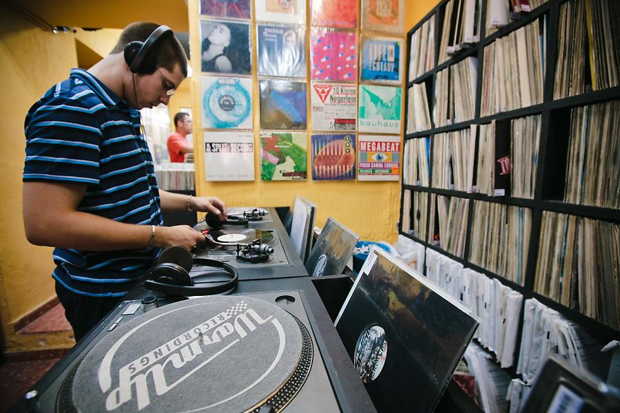 En Malasaña no faltan también tiendas de música: el vinilo cobra protagonismo en la escena electrónica.