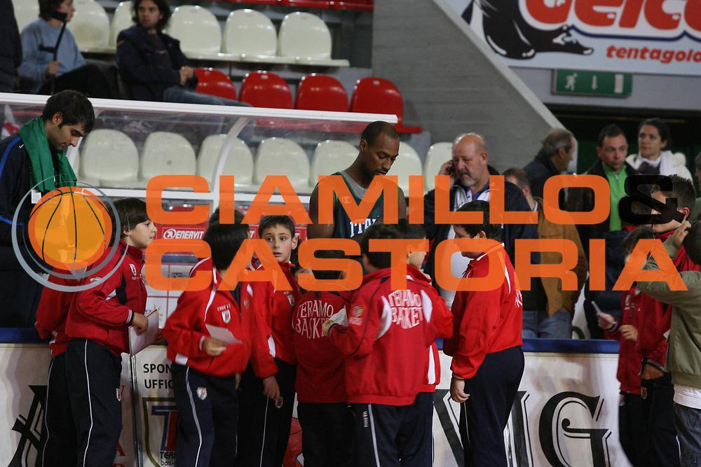 DESCRIZIONE : Teramo Raduno Collegiale Nazionale Italiana Maschile <br /> GIOCATORE : Team Nazionale Italia Uomini Tifosi Autografi <br /> SQUADRA : Nazionale Italia Uomini <br /> EVENTO : Raduno Collegiale Nazionale Italiana Maschile <br /> GARA : <br /> DATA : 12/11/2007 <br /> CATEGORIA :<br /> SPORT : Pallacanestro <br /> AUTORE : Agenzia Ciamillo-Castoria/G.Ciamillo