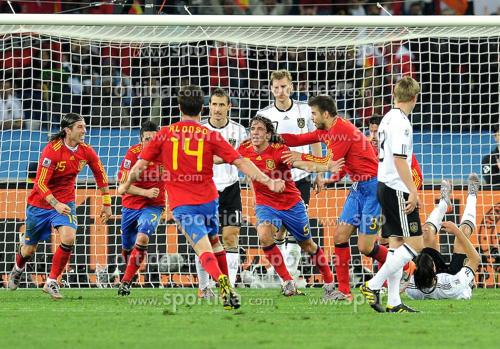 07.07.2010, Moses Mabhida Stadium, Durban, SOUTH AFRICA, Deutschland GER vs Spanien ESP im Bild Jubel bei Spanien nach dem Treffer von Carles Puyol, EXPA Pictures © 2010, PhotoCredit: EXPA/ InsideFoto/ Perottino *** ATTENTION *** FOR AUSTRIA AND SLOVENIA USE ONLY! / SPORTIDA PHOTO AGENCY