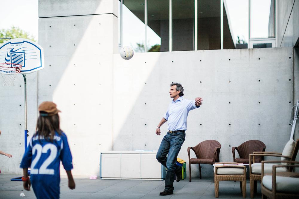 13 MAY 2011 - Ponzano Veneto (TV) - Alessandro Benetton, a casa, gioca con le figlie.