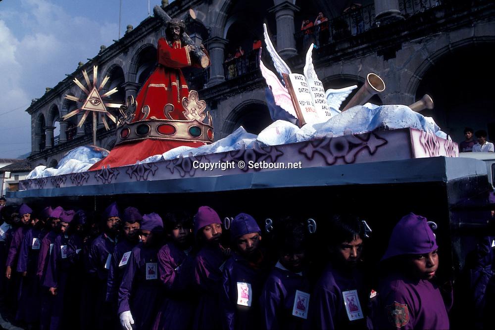 Guatemala. Holy week easter celebgration  /  holy sunday Proceesion   Antigua  Guatemala       /   semaine sainte; Paques.  /  Procession des enfants le Jeudi Saint a Antigua  Antigua  Guatemala    /  R00009/27    L0007329  /  R00009  /  P0004126