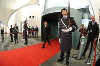 06 FEB 2004, BERLIN/GERMANY:<br /> Gerhard Schroeder, SPD, Bundeskanzler, verlaesst das Kanzleramt durch den Haupteingang, wo eine Ehrenwache zum Empfang eines Staatsgastes augfezogen ist, Bundeskanzleramt<br /> IMAGE: 20040206-02-002<br /> KEYWORDS: Ehrenhof, Gerhard Schröder, Wachbataillon, Bundeswehr, Soldat, Soldaten, Wachsoldat