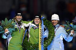 24-12-2006 SCHAATSEN: AEGON NK ALLROUND 2007: HEERENVEEN <br /> Ireen Wust - Nederlands kampioen 2006-2007, Renate Groenewold en Marja Vis <br /> ©2006-WWW.FOTOHOOGENDOORN.NL