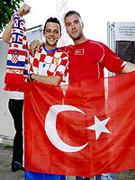 GEPA-2006087378 - WIEN,AUSTRIA,20.JUN.08 - FUSSBALL - UEFA Europameisterschaft, EURO 2008, Host City Fan Zone, Fanmeile, Fan Meile, Public Viewing. Bild zeigt einen Kroatien-Fan und einen Tuerkei-Fan.<br />Foto: GEPA pictures/ Reinhard Mueller