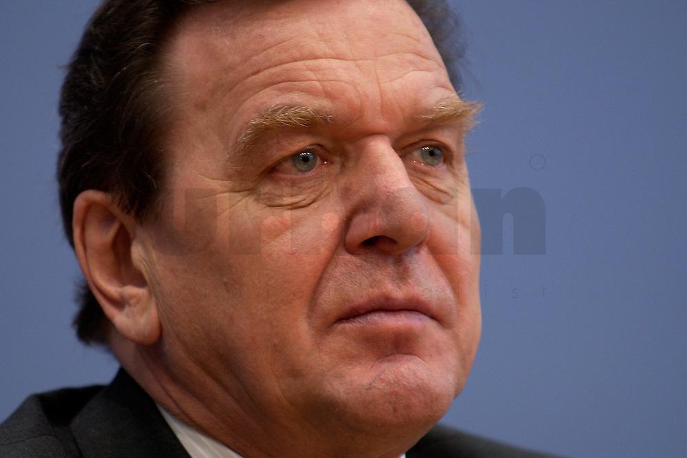06 FEB 2004, BERLIN/GERMANY:<br /> Gerhard Schroeder, SPD, Bundeskanzler und SPD Parteivorsitzender, waehrend der Pressekonferenz zur Bekanntgabe seines Ruecktritts vom Parteivorsitz, Bundespressekonferenz<br /> IMAGE: 20040206-03-031<br /> KEYWORDS: Gerhard Schr&ouml;der, BPK, R&uuml;cktritt,